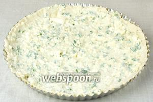 Выньте форму из холодильника и выложите на тесто сырную массу.