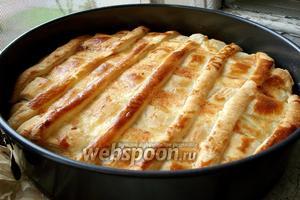 Выпекать луковый пирог в разогретой до 220°С духовке 25-30 минут. Подавать как тёплым, так и холодным. Приятного аппетита!