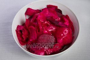 Подают квашеную капусту как закуску или салат ко вторым блюдам, предварительно измельчив её и заправив подсолнечным маслом.
