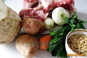 Для приготовления рассольника возьмём говяжью грудинку на косточке, лучше с хрящиками, лук, морковь, перловую крупу, корень сельдерея, солёные огурцы.