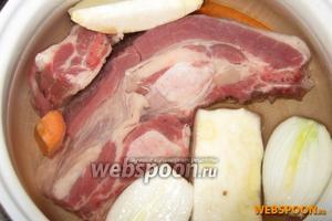 Мясо хорошо промываем и укладываем в кастрюлю. Заливаем 1,5-2 л холодной воды, доводим до кипения. Крупно режем корень сельдерея, морковь и лук. Добавляем в кастрюлю к мясу. Доводим до кипения, снимаем пену.