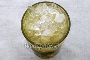 Досыпаем бокал льдом доверху, чтобы сверху бокала образовалась горка льда. Всё — ваш мохито готов, остаётся его только украсить ломтиком или колечком лайма (лимона) и веточкой мяты.