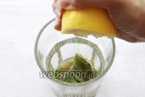 Далее необходимо выдавить в бокал сок половинки лимона и убрать косточки, если такие имеются.
