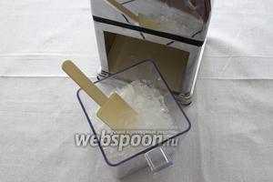 Теперь необходимо подробить лёд. Если у вас нет лёдодробилки, то можно завернуть кубики льда в полотенце и хорошенько постучать по получившемуся свёртку скалкой.