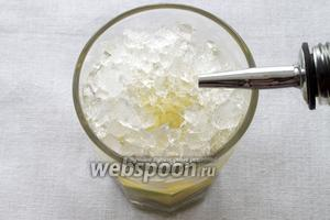 Гасим лёд 40 граммами золотого рома.