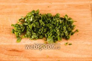 Зелень кинзы помыть, просушить и мелко порезать.