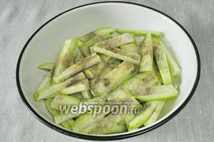 Добавить к кабачкам гранулированный сушёный чеснок (по желанию можно свежий, только очень мелко порезать) и чёрный перец (кто  любит острые блюда).