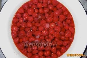 Ёмкость накрываем и ставим на 10-12 часов в холодильник, чтобы ягоды пустили сок. После этого добавляем остальное количество сахара, ставим на огонь, доводим до кипения на медленном огне.