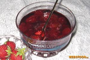 Затем делаем минимальный огонь, ягоды должны опуститься. И так несколько раз, в общей сложности 18-20 минут. Раскладывать по стерильным банкам после полного остывания.