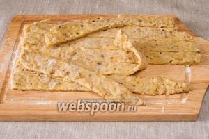 Раскатать тесто толщиной 1 см, разрезать на полоски.