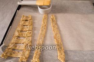 Уложить полоски на противень, чтобы получилась лесенка на 7 шагов. В местах соединения смочить мокрой щёткой. Поставить в разогретую духовку и выпекать 30 минут при температуре 180 °С.