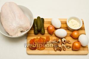 Основные ингридиенты: куриная грудка, консервированные солёные огурцы, яйца, курага, орехи и лук, майонез.