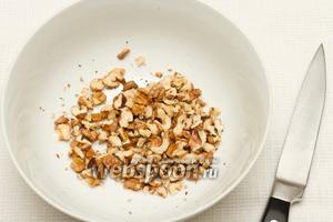 Нарезаем грецкие орехи.