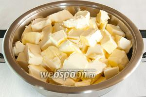 Нарежьте масло на кусочки по 50 г и положите в кастрюлю с толстыми стенками, накройте крышкой и оставьте на 1 час при комнатной температуре, пока масло равномерно не расстает.