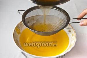 Процедите горячее масло через ситечко.