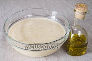 Продолжать добавлять муку и молоко по очереди, тщательно разбивая комочки венчиком. Добавить оливковое масло, перемешать и оставить тесто на 15 минут отдохнуть. Тесто получится достаточно жидким.