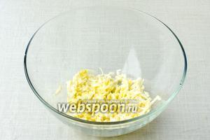 Плавленный сыр натереть на крупную тёрку и перемешать с горчицей.