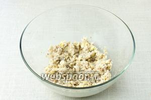 К сыру добавить нарезанную рыбу и хорошенько размять массу вилкой.