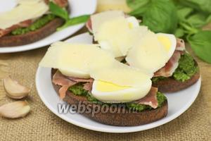 Бутерброды с прошутто и соусом песто