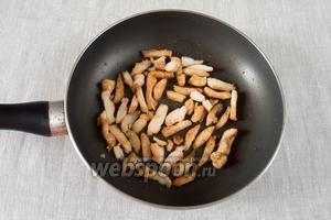 Куриное филе обсушить, посолить, поперчить и обжарить на сковороде до готовности (примерно 4-6 минут).