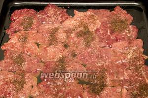 Печень выкладываем на противень, смазанный растительным маслом, солим и перчим.