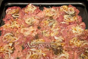 Затем на каждый кусочек печени выкладываем жареный лук.