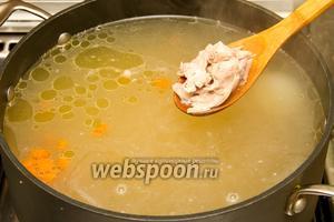 Теперь добавляем в бульон измельчённое, снятое с костей, мясо курицы.