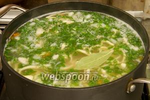Добавляем соль и молотый чёрный перец по вкусу, а так же порезанную зелень и варим 1 минуту. Суп готов.