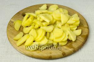Говядину и картофель отварите до готовности. Картофель очистите от кожуры и нарежьте тонкими полукольцами.
