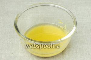 Подсолнечное масло, яблочный уксус и горчицу перемешать в пиале.