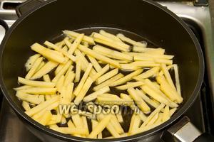 Выкладываем картофель на сковородку с разогретым подсолнечным маслом и жарим до готовности.