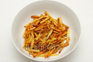Вынимаем картофель из масла и солим.