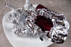 Духовку разогреть до 200 °С. Завернуть каждую часть свёклы в фольгу и поставить в духовку запекаться на 40 минут.