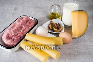 Чтобы приготовить каннеллони   нужно взять нежирный свиной фарш и смешать с куриным, лук репчатый, яйцо, сушёные белые грибы, сыр Пармезан, масло, соль, перец. Для сырного соуса приготовить молоко, масло, муку, сыр, соль, перец, молотый мускатный орех.