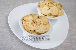 Поставить порционные формы в разогретую духовку и запекать 30-35 минут при температуре 180 °С.