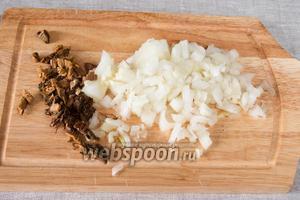 Нарезать лук и отжатые от воды грибы.
