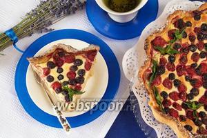 Открытый пирог из голубики и клубники