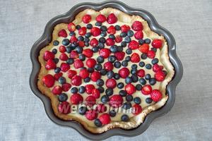Залить пирог творожной смесью и посыпать сверху ягодами.