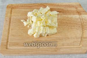 Холодное масло нарезать мелкими кусками.