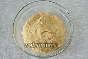 Замесить эластичное тесто. Завернуть его в плёнку и положить в холодильник на 30 минут.