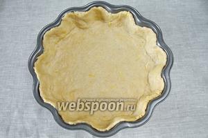 Раскатать тесто в круг и выложить в предварительно смазанную форму, покрыв тестом её дно и стенки.