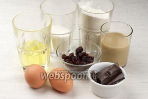 Для приготовления маффинов возьмём растительное масло, муку, яйца, сахар, ликёр Бейлис, чёрный шоколад, сушёную клюкву.
