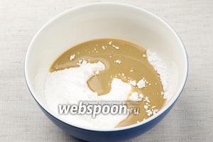 Приготовить помадку соединить 2-3 столовые ложки бейлиса и 6-7 столовых ложек сахарной пудры.