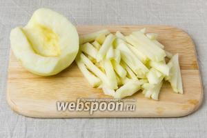 Яблоко очистить от кожуры и нарезать тонкой соломкой.