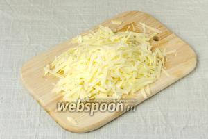Сыр Пармезан натереть на крупную тёрку.