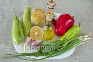 Чтобы приготовить булгур с овощами необходимо взять крупу булгур, чеснок, соль, карри нежный, оливковое масло, воду, болгарские перцы красный и зелёный, молодые кабачки, сок половины лимона, зелень кинзы или зелёного базилика.