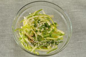 Добавить соль, чеснок мелко нарезанный, сок половины лимона, зелень кинзы, (по желанию перец). Накрыть крышкой и поставить в холодильник на 10 минут.