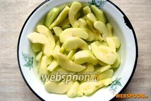 Яблоки очистить от кожицы. Каждое яблоко разрезать на 16 тонких долек. Сбрызнуть лимонным соком, посыпать сахарным песком и полить растопленным сливочным маслом.