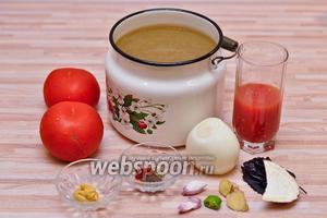 Чтобы приготовить томатный суп, нам потребуется: слегка приправленный и подсоленный куриный бульон, лук, 2 крупных или 3 средних помидора, томатный сок, чеснок, маленький кусочек острого перца (чили или острого зелёного), пара сантиметров имбирного корня, небольшой кусочек корня сельдерея и специи.
