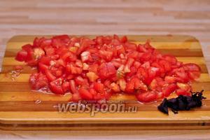 Тем временем обдаём помидоры кипятком, аккуратно снимаем с них шкурку и режем мелкими кубиками. Также необходимо порезать свежий базилик.